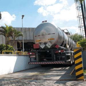 Caminhão estacionado na balança rodoviária da Okena